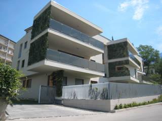Casa V.: Case in stile  di mauroFACCHINIarchitects