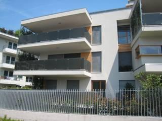 Casa V.: Terrazza in stile  di mauroFACCHINIarchitects