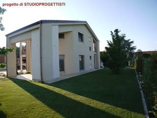Casas de estilo moderno de StudioProgettisti - Nevio Maero Moderno
