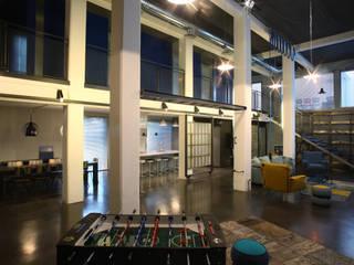Loft: Soggiorno in stile in stile Industriale di ARCHITETTO MICHELE SLAVIERO