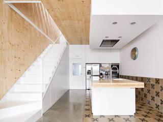 59RUT New house between dividing walls in the centre of Terrassa Minimalist kitchen by Vallribera Arquitectes Minimalist