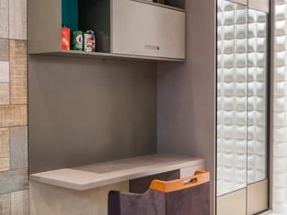 Garagem com lounge Garagens e edículas modernas por Carolina Mota - Arquitetura, Interiores e Iluminação Moderno