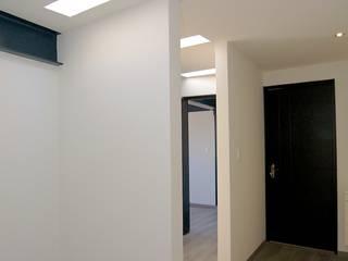 Casa Emperadores:  Corridor & hallway by Diseño Alternativo Hera