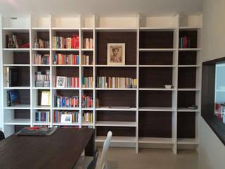 casa L&M: Soggiorno in stile  di Luca Braguglia Studio