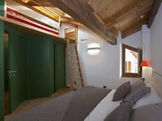 camera da letto: Camera da letto in stile  di ELENA TARETTO ARCHITETTO