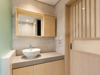 KC's RESIDENCE:  Bathroom by arctitudesign, Minimalist