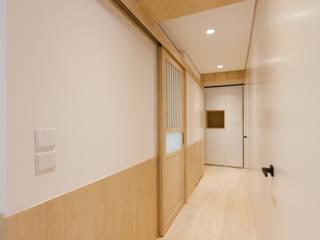 KC's RESIDENCE Minimalist corridor, hallway & stairs by arctitudesign Minimalist