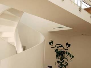 Villa Giusy: Soggiorno in stile  di Kei_en.enzocalabresedesignstudio Srl, Mediterraneo