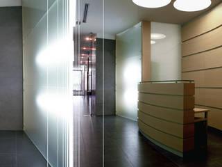 Finnat Bank Office: Studio in stile  di Kei_en.enzocalabresedesignstudio Srl, Minimalista