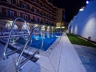 Proyecto de exteriores en Hotel Los Angeles (Granada): Piscinas de estilo  de Conarte cocinas