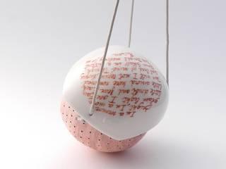 Mangiatoia in porcellana e ceramica Giardino moderno di Ceramica Artistica di Chiara Cantamessa Moderno
