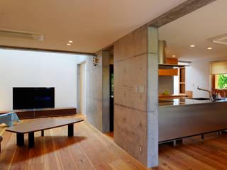 美萩野の家 • ゲストハウス: シェド建築設計室が手掛けたリビングです。