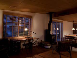 正直な改造: シェド建築設計室が手掛けたリビングです。