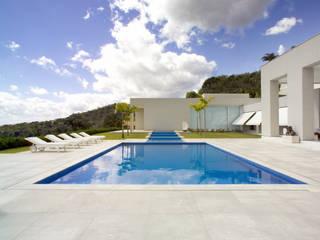 Casa Mangabeiras 2: Piscinas  por Lanza Arquitetos