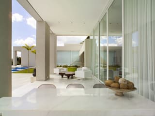 Casa Mangabeiras 2 モダンデザインの テラス の Lanza Arquitetos モダン