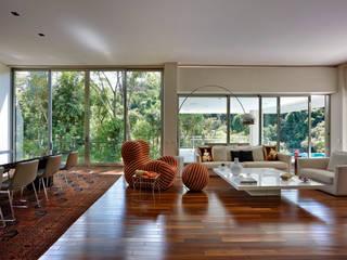 Casa Bosque da Ribeira: Salas de jantar  por Lanza Arquitetos