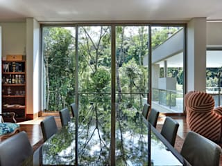 Casa Bosque da Ribeira モダンデザインの テラス の Lanza Arquitetos モダン
