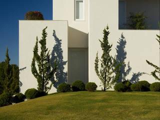 Alberto Alkmim モダンな 家 の Lanza Arquitetos モダン