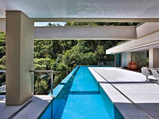 Casa Bosque da Ribeira モダンスタイルの プール の Lanza Arquitetos モダン