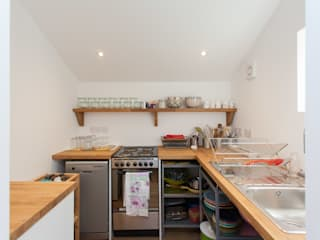 Putmans Barn Hampshire Design Consultancy Ltd. Country style kitchen White