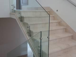 Pasillos, vestíbulos y escaleras de estilo moderno de CH Proyectos Moderno