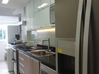 APARTAMENTO BOTAFOGO - RJ: Cozinhas  por Maria Helena Torres Arquitetura e Design