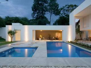 Casa na Pampulha 1- Reforma de casa existente: Piscinas  por Lanza Arquitetos