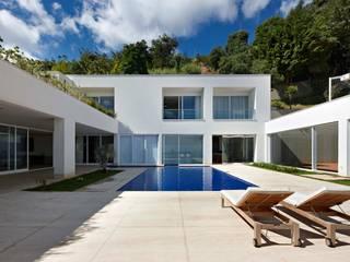 Casa nas Mangabeiras: Piscinas  por Lanza Arquitetos