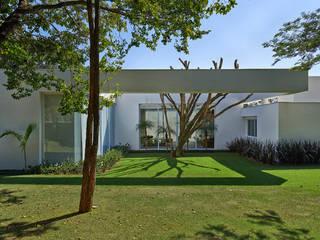 Amendoeiras Alta Jardines modernos: Ideas, imágenes y decoración de Lanza Arquitetos Moderno