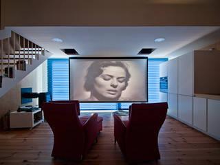 Salle multimédia de style  par MapOut