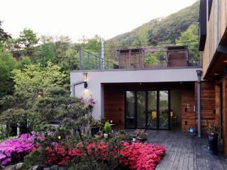 용인 문촌리 전원주택: 비온후풍경 ㅣ J2H Architects의  베란다