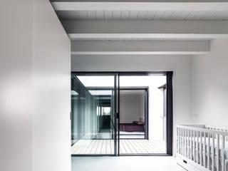 Casa MCR: Camera da letto in stile  di CN10 ARCHITETTI