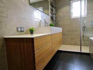 Une salle de bains contemporaine, un mélange de nature et modernisme par RG Intérieur