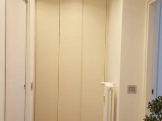 Corridor & hallway by studio di architettura cinzia besana