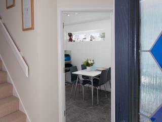 Stonechat close Pasillos, vestíbulos y escaleras modernos de Hampshire Design Consultancy Ltd. Moderno