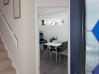 Stonechat close:  Corridor & hallway by Hampshire Design Consultancy Ltd.