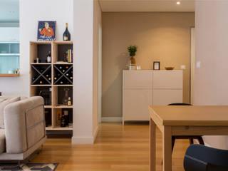 Soggiorno moderno di Traço Magenta - Design de Interiores Moderno Legno Effetto legno