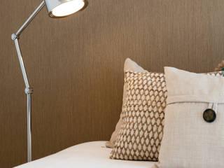 Camera da letto moderna di Traço Magenta - Design de Interiores Moderno Legno Effetto legno