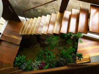 Pasillos y hall de entrada de estilo  por Baixo Impacto Arquitetura Ltda.