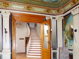 Individuelle Treppe unterstützt historisches Ambiente:  Flur & Diele von STREGER Massivholztreppen GmbH