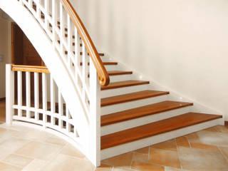Eschenholz für einen natürlichen Landhausstil:  Flur & Diele von STREGER Massivholztreppen GmbH