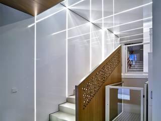 Pasillos, vestíbulos y escaleras modernos de dooa arquitecturas Moderno