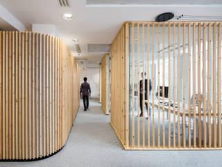 LA PARISIENNE HEADQUARTERS par STUDIO RAZAVI ARCHITECTURE Moderne
