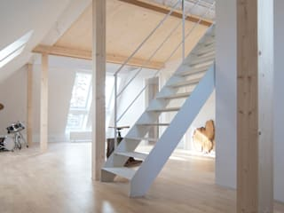 Dachausbau: moderne Wohnzimmer von Architekt Armin Hägele
