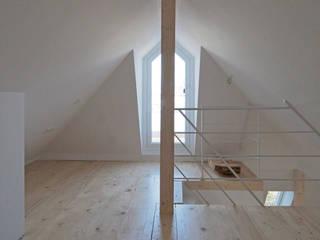 Dachausbau: moderner Multimedia-Raum von Architekt Armin Hägele