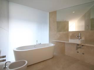 Edifício Lousada: Casas de banho  por Lousinha Arquitectos,Minimalista