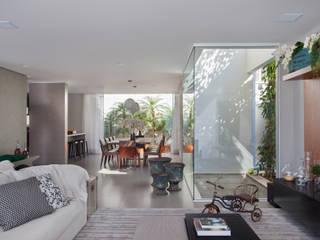 Modern dining room by Studio Eloy e Freitas Arquitetura e Interiores Modern