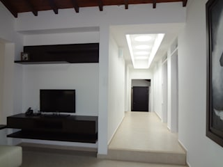 Country style corridor, hallway& stairs by John Robles Arquitectos Country