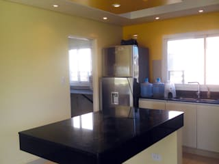 Casa Antacle: Cocinas de estilo moderno por triAda