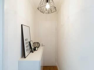 WOHNGLUECK GmbH (Immobilien) Ingresso, Corridoio & Scale in stile minimalista